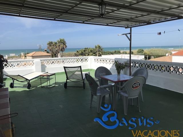 Apartamento bigote 4 a tan solo 50 m de la playa con for Apartamentos jardin playa larga tarragona